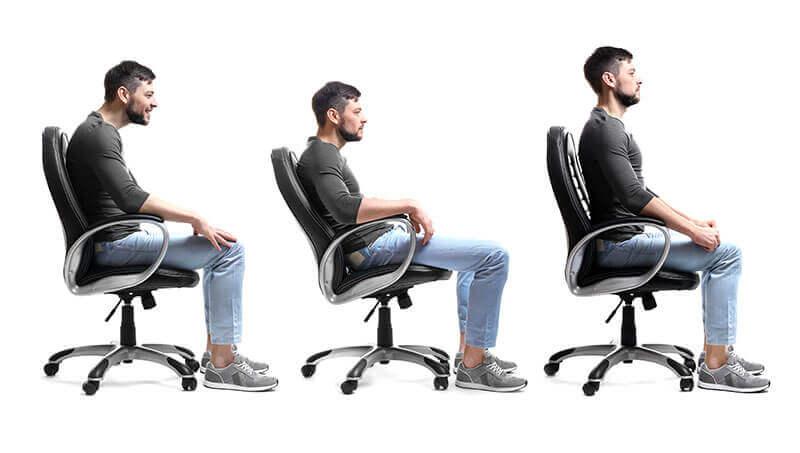 Barbat sta pe scaun in posturi incorecte factor risc scolioza