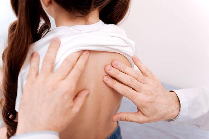 Medic ortoped investigare si depistare scolioza la copii